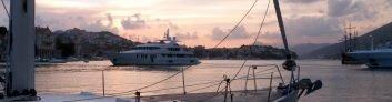 Noleggiare uno yacht a motore o a vela?