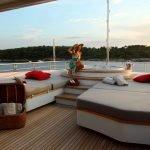 2-ladies-yacht-pic_008